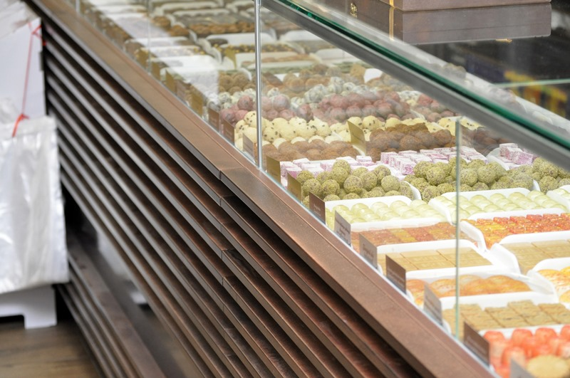 Modern melegentartó pult süteményei, ételei praktikus tárolására